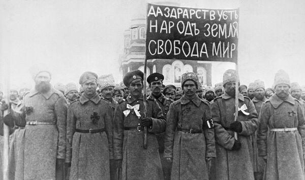 Солдаты с революционным лозунгом в февральские дни 1917 года в городе Николаевске