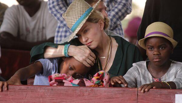 Певица Мадонна с сыном Дэвидом и дочерью Мерси