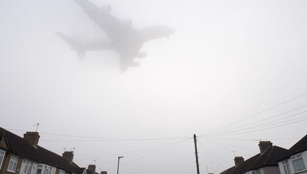 Самолет заходит на посадку в лондонском аэропорту Хитроу во время смога. Архивное фото