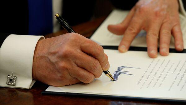 Президент США Дональд Трамп во время подписания документов