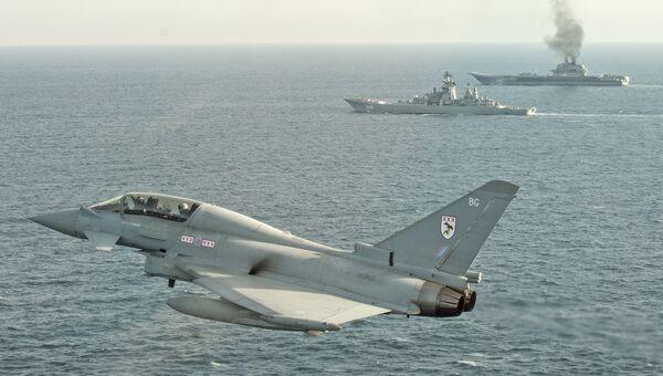 Самолет британских ВВС Тайфун сопровождает российские корабли Петр Великий и Адмирал Кузнецов