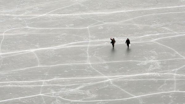 Рыбаки на льдине. Архивное фото
