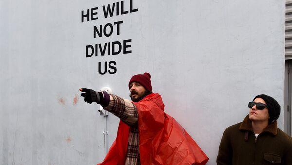 Американский актер Шайя ЛаБаф на организованной им акции протеста против президента США Дональда Трампа в Астории, США