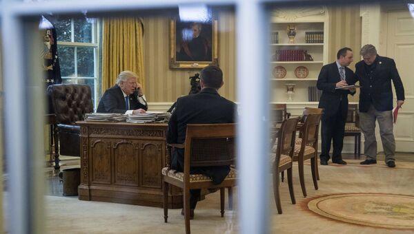 Президент США Дональд Трамп во время телефонного разговора с канцлером Германии Ангелой Меркель