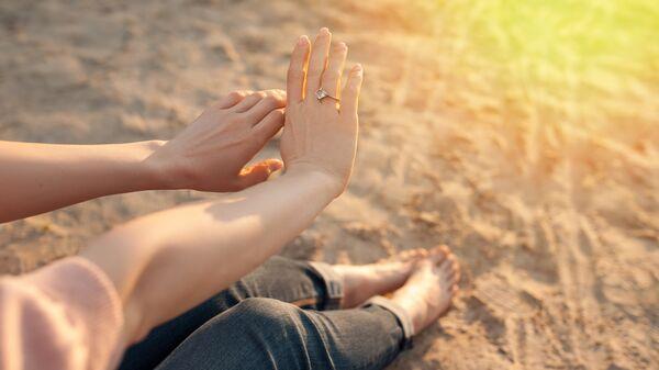 Девушка любуется обручальным кольцом