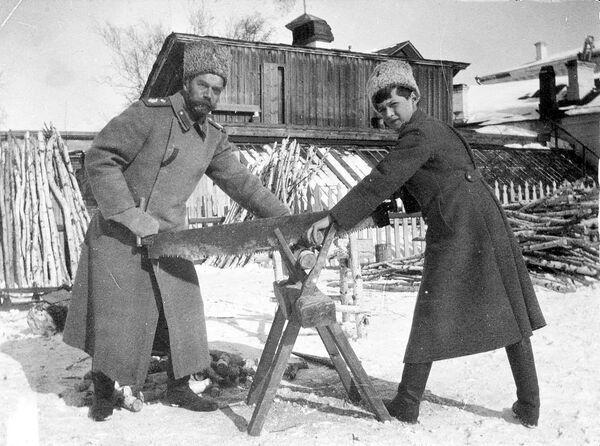 Николай и его сын Алексей в ссылке в Тобольске. Зима 1917 года