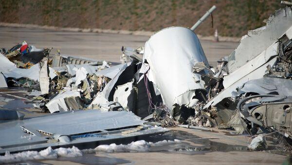 Обломки, упавшего у берегов Сочи самолета Минобороны РФ Ту-154, собранные на территории сочинского аэропорта