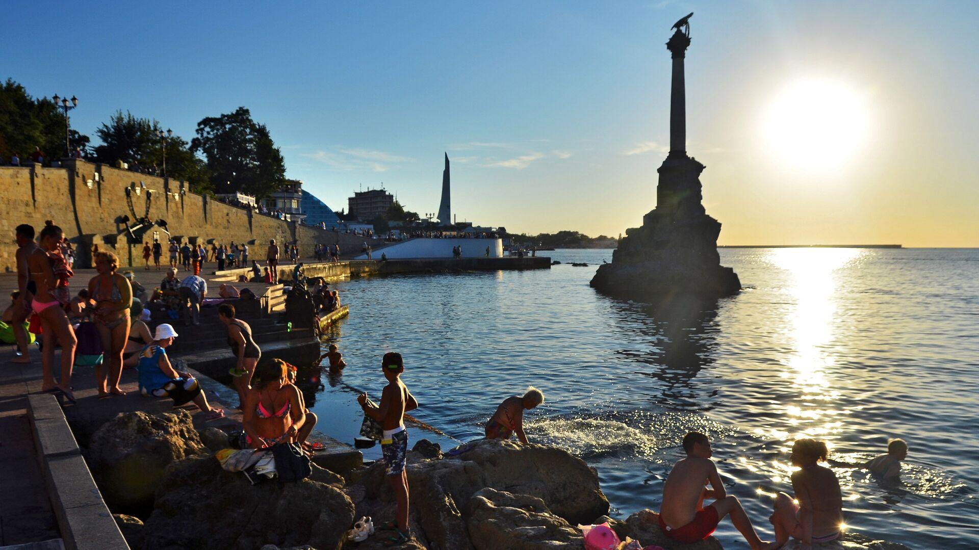 У памятника затопленным кораблям недалеко от Приморского бульвара в Севастополе - РИА Новости, 1920, 19.10.2020
