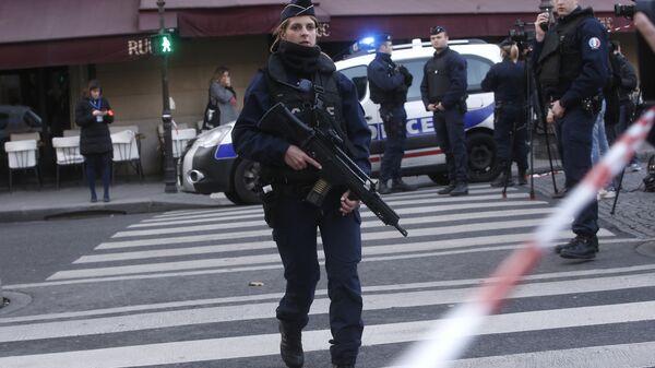 Сотрудники полиции возле здания Лувра в Париже, где неизвестный напал на военнослужащего, Франция. 3 февраля 2017
