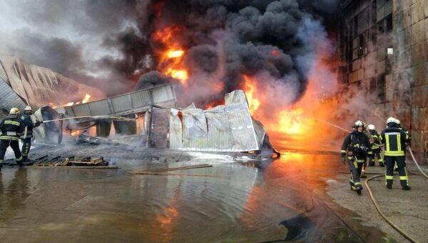 Пожар на складе горюче-смазочных материалов в Подольском районе Киева