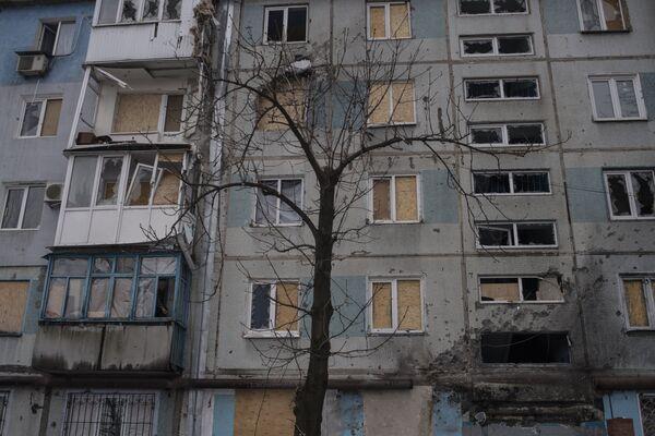 Здание, поврежденное в результате обстрелов, в Киевском районе Донецка