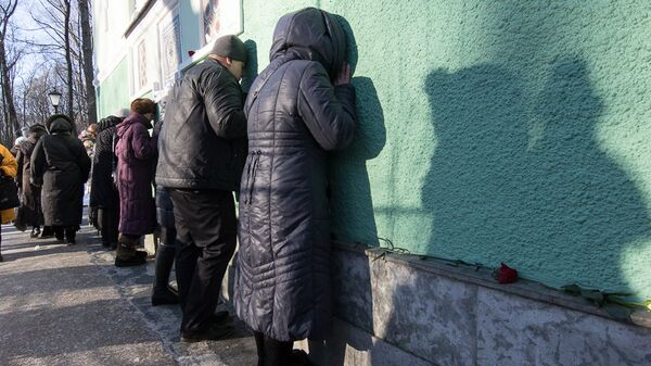 Поклонение могиле покровительницы Санкт-Петербурга блаженной Ксении Петербуржской на Смоленском кладбище