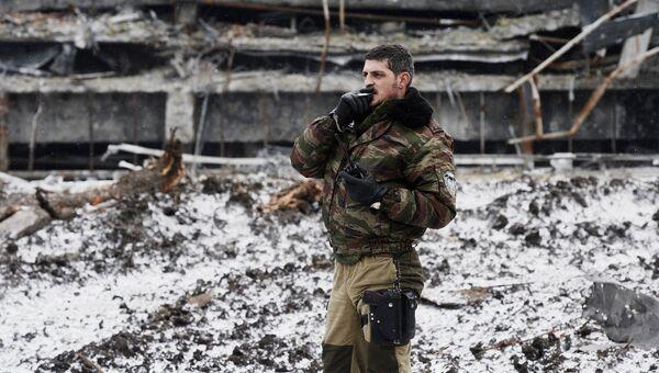 Ополченец ДНР с позывным Гиви в аэропорту города Донецка