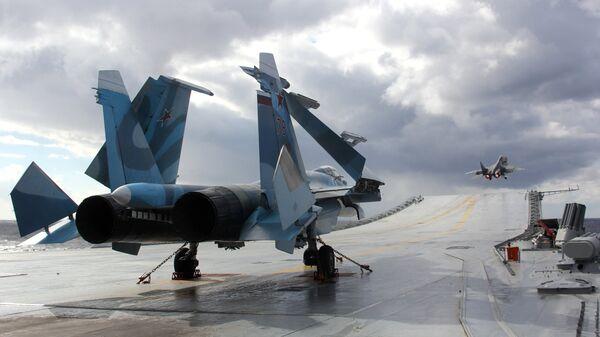 Истребители Су-33 и МиГ-29К на палубе тяжелого авианесущего крейсера Адмирал Кузнецов в Средиземном море