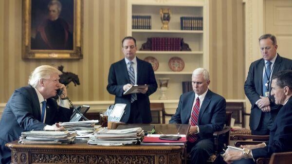 Президент США Дональд Трамп говорит по телефону с президентом России Владимиром Путиным