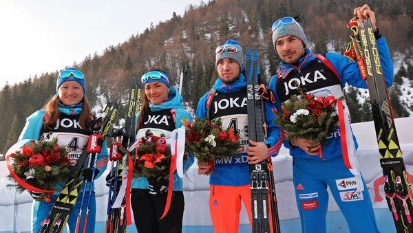 Сборная России на цветочной церемонии после окончания смешанной эстафеты чемпионата мира по биатлону в Хохфильцене. 9 февраля 2017