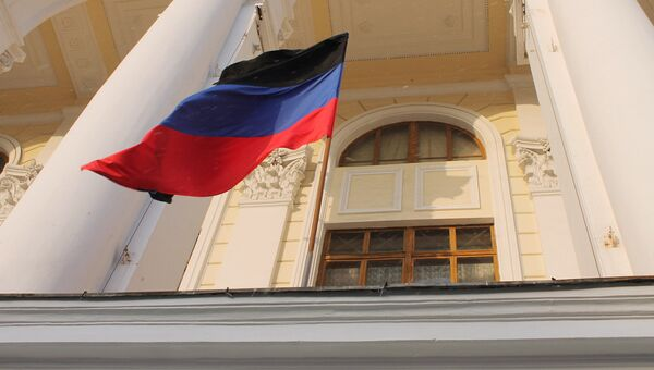 Флаг ДНР с траурной лентой на здании в Донецке. Архивное Фото.