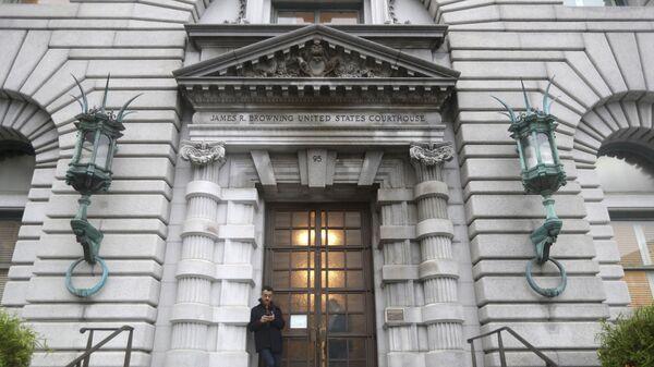 Мужчина стоит возле здания апелляционного суда США. Архивное фото