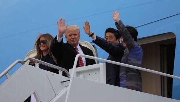 Президент США Дональд Трамп и премьер-министр Японии Синдзо Абэ отправились на выходные в имение Трампа Мар-а-Лаго в штате Флорида