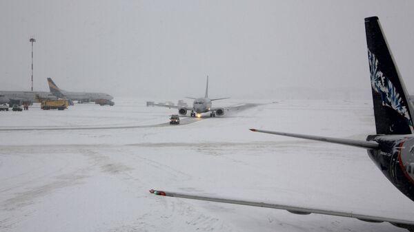 Самолеты на взлетно-посадочной полосе аэропорта. Архивное фото