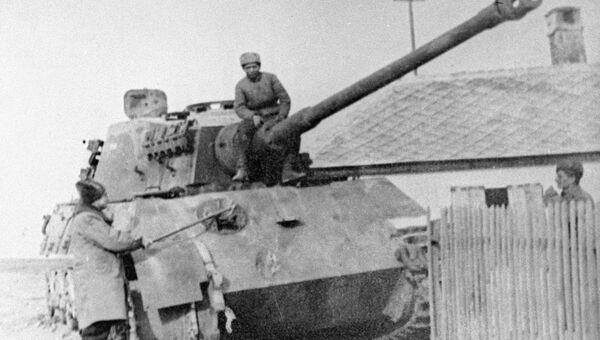 Немецкий танк Королевский тигр, подбитый в бою советскими воинами