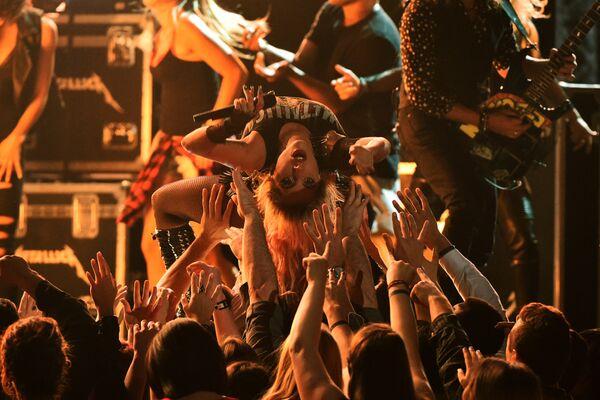 Выступление Леди Гаги и группы Metallica на 59-й ежегодной премии Грэмми в Лос-Анджелесе, 12 февраля 2017