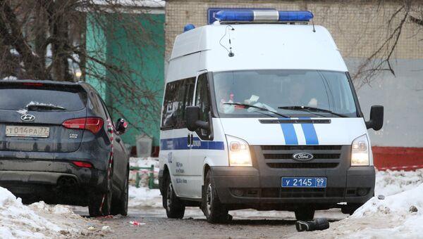 Полицейский автомобиль на улице Римского-Корсакова в Москве, где произошло нападение троих грабителей на инкассаторов