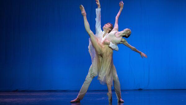 Прима балерина Большого театра РФ Ольга Смирнова и премьер Большого театра РФ Артем Овчаренко выступают на вечере балета Танцы о любви
