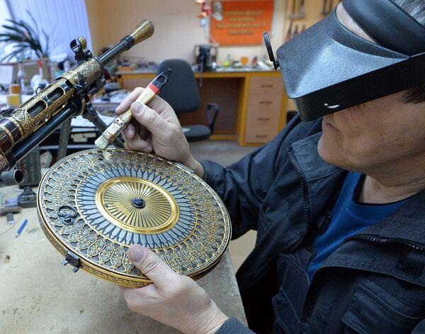Мастер Златоустовской оружейной фабрики работает над изготовлением подарочных и наградных образцов оружия для министерства обороны РФ
