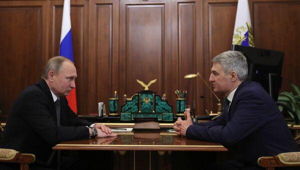 Президент РФ Владимир Путин и временно исполняющий обязанности главы Республики Карелия Артур Парфенчиков во время встречи. 15 февраля 2017