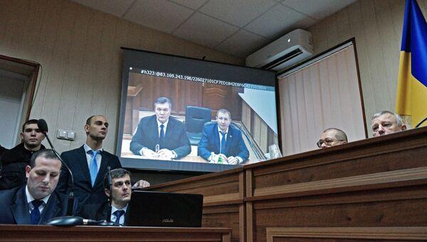 Бывший президент Украины Виктор Янукович во время видеотрансляции на экране монитора в Святошинском районном суде Киева. Архивное фото
