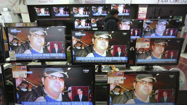 Портрет Ким Чен Нама на экранах телевизоров в магазине бытовой техники. Архивное фото