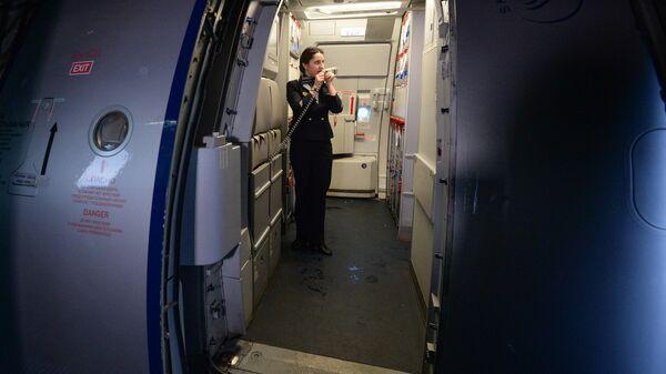 Бортпроводник рейса SU 1307 авиакомпании Аэрофлот во время подготовки к рейсу самолета А-321 на стоянке в новосибирском аэропорту Толмачево