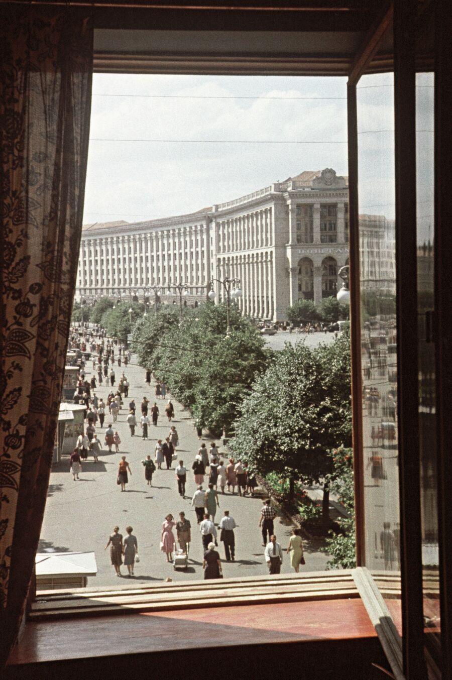 Вид из окна на Крещатик и здание Главпочтамта в Киеве