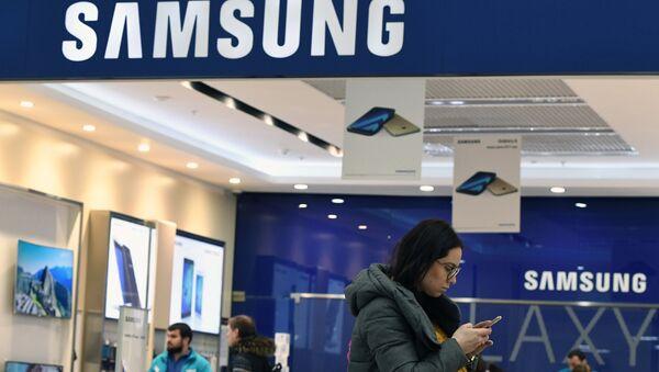 Женщина у фирменного магазина в Москве по продаже электроники корпорации Samsung Electronics. Архивное фото