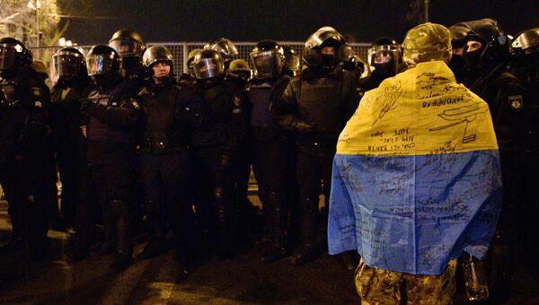 Сотрудники МВД Украины во время акции протеста в Киеве, приуроченной к третьей годовщине событий на Майдане в 2014 году