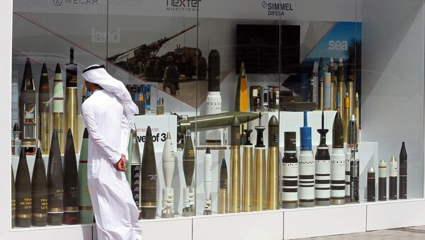 Посетитель на Международной выставке вооружения IDEX 2017 в Абу-Даби