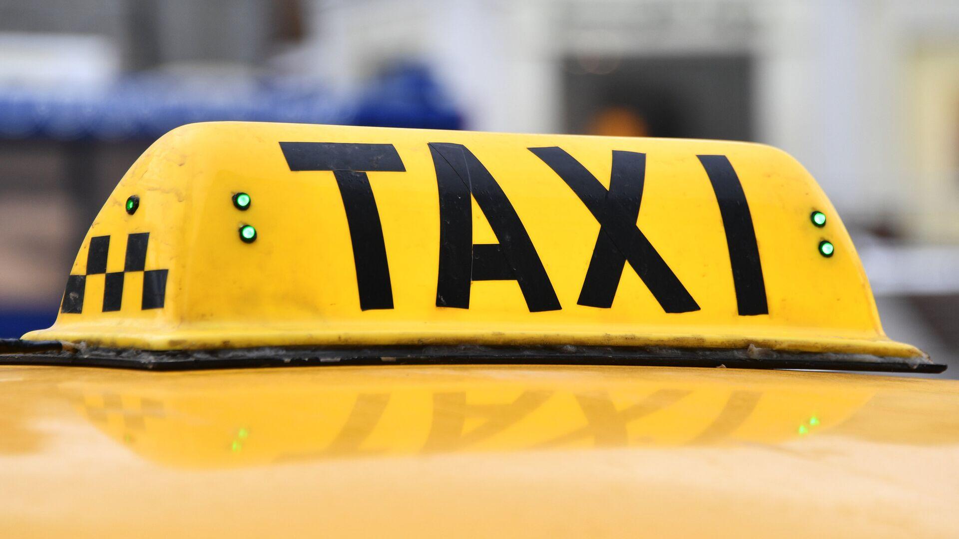 В Москве таксист изнасиловал уснувшую в машине женщину, сообщил источник