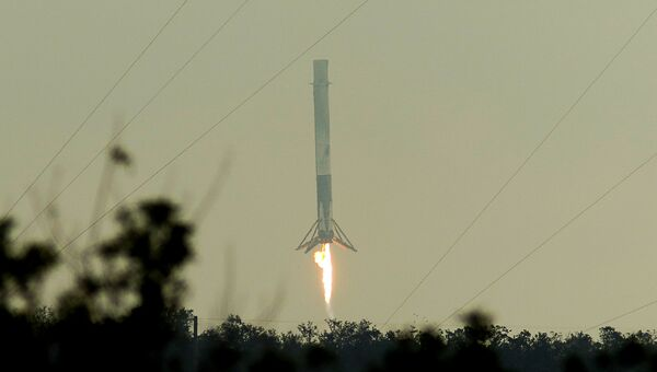 Первая ступень ракеты-носителя Falcon 9 приземляется после запуска на мысе Канаверал, штат Флорида. 19 февраля 2017