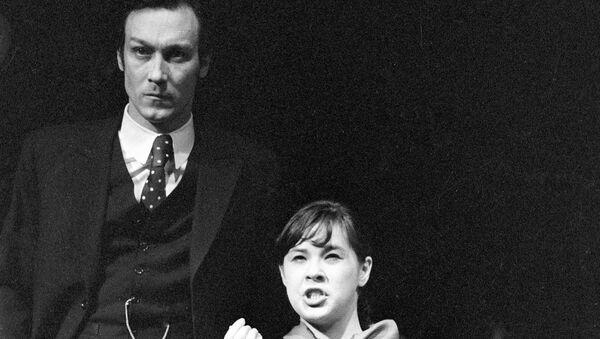 Олег Янковский и Татьяна Догилева в сцене из спектакля Синие кони на красной траве Михаила Шатрова