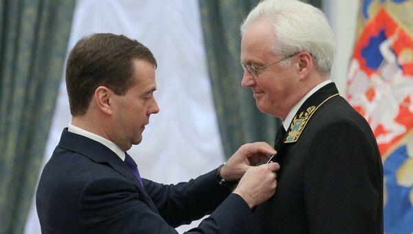 Президент РФ Дмитрий Медведев вручает орден За заслуги перед Отечеством IV степени постоянному представителю Российской Федерации при Организации Объединенных Наций в Нью-Йорке Виталию Чуркину
