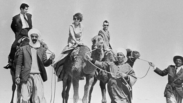 Валентина Николаева-Терешкова и Андриян Николаев в пустыне Сахара во время их пребывания в Алжире