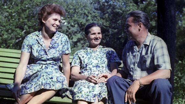 Валентина Терешкова, ее мать Елена Федоровна и Андриян Николаев на отдыхе на Черноморском побережье Кавказа
