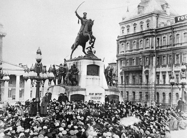 Москвичи проводят митинг у памятника генерал-адъютанту Михаилу Скобелеву во время февральской буржуазно-демократической революции на Скобелевской площади в Москве. 1917 год