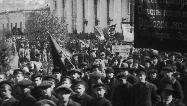 Демонстрация рабочей молодежи и учеников фабричных школ патронного завода с требованием охраны детского труда. Москва, 1917 год