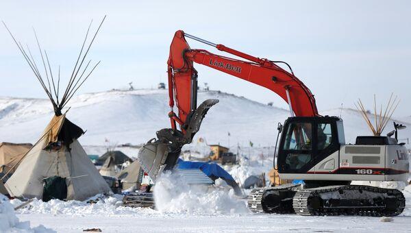 Экскаватор в лагере протестующих против строительства нефтепровода в Дакоте, США. Архивное фото