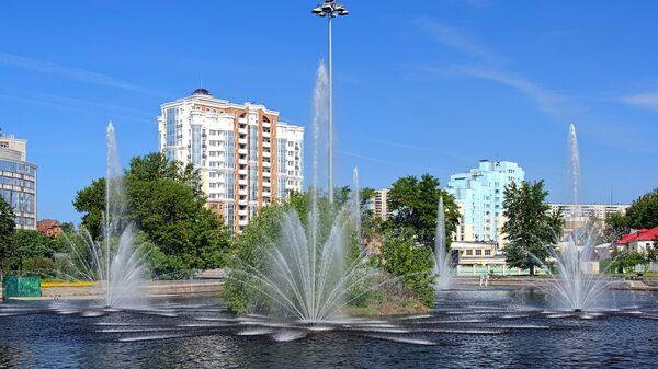 Комсомольский пруд с фонтанами в Липецке