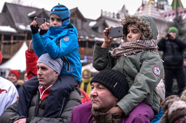 Зрители кулачных боев стенка на стенку во время празднования Масленицы в Центре русской культуры Кремль в Измайлово