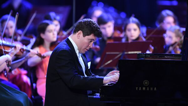 Пианист Денис Мацуев выступает на гала-концерте закрытия 10-го зимнего международного фестиваля искусств Юрия Башмета в Сочи