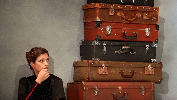 Актриса Аня Чиповская в сцене из спектакля Три сестры в театре под руководством Олега Табакова в Москве